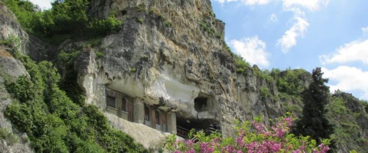 Скални манастири в Иваново и Басарбово, разходка в съвремено Русе и сблъсък между различни етноси и разбирания в с.Божурово